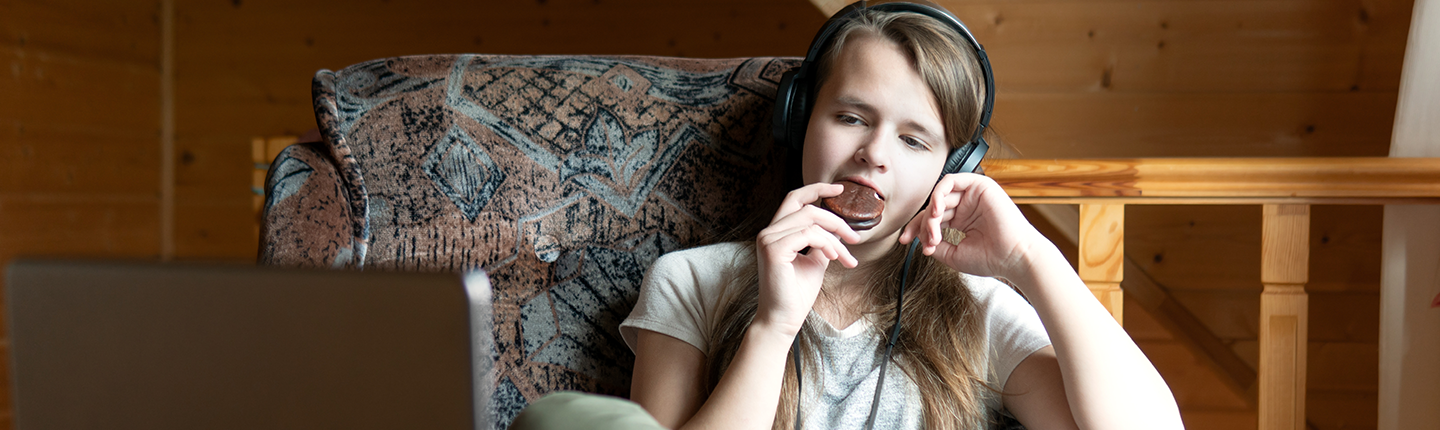 girl snacking during online learning